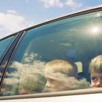 crianças no vidro do carro